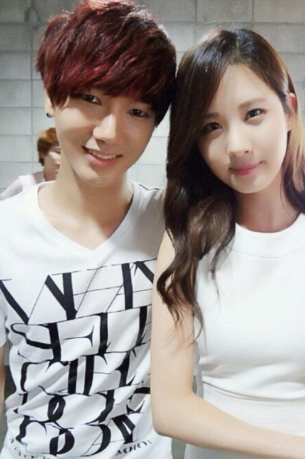 Yesung de Super Junior se toma una foto con Seohyun de Girls' Generation SeoYesung01