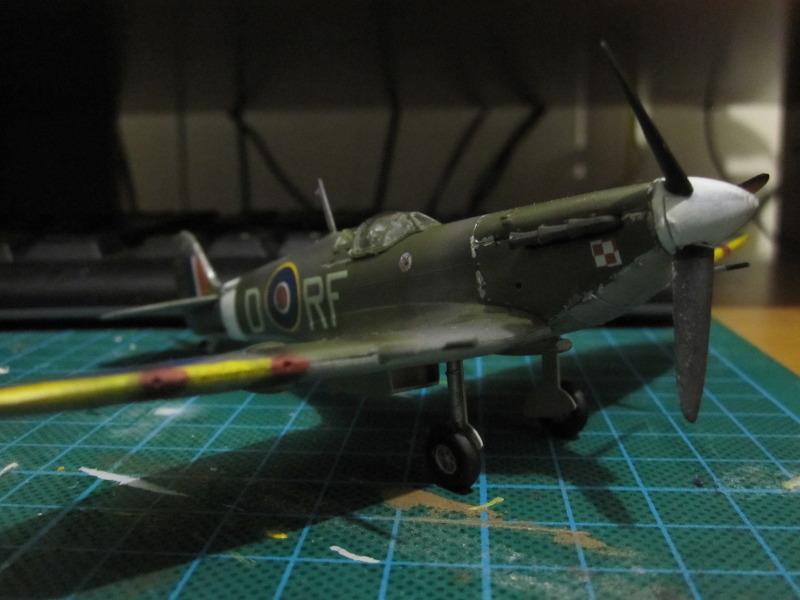 Airfix 1/72 de Havilland Mosquito MkXVIII+Spitfire MkVb IMG_0050