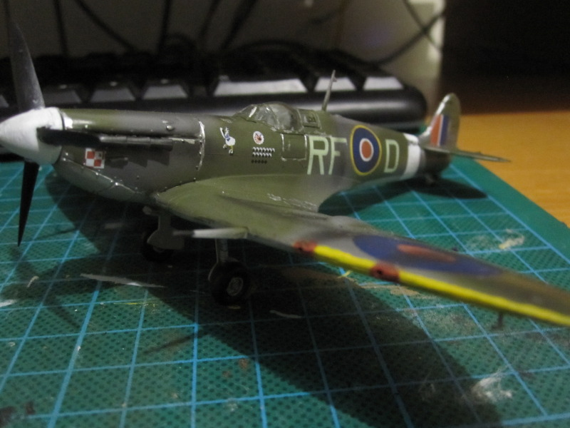 Airfix 1/72 de Havilland Mosquito MkXVIII+Spitfire MkVb IMG_0051