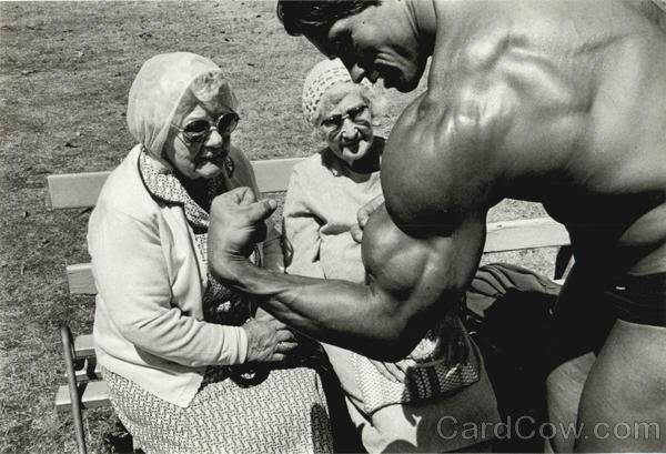 """Alguos artículos sobre """"Conan el bárbaro"""" Arnold-schwarzenegger-with-two-old-"""