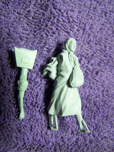 Stalingrad Russian Refugees, 1941-42 in 1/35th Scale (S-3070) Big Set Russian%20Refugees%201941-45%20Woman%20with%20baggage_zpsi2r6oyox