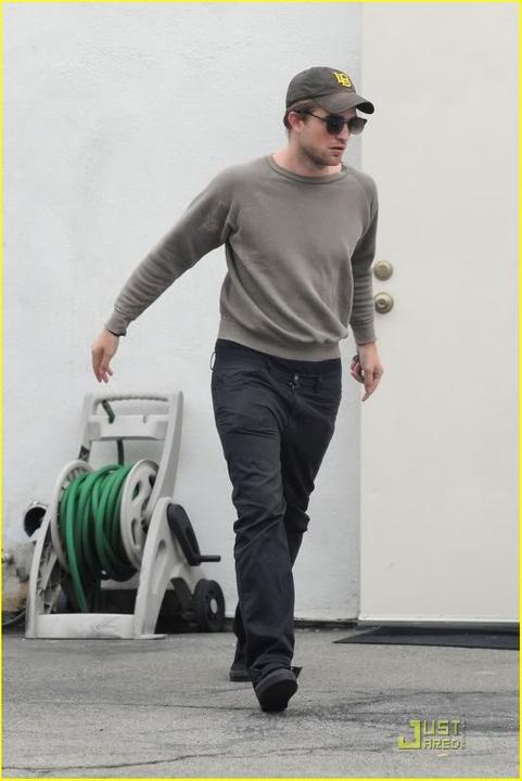 Robert Pattinson, semplicemente ROB - Pagina 17 Robert-pattinson-grey-sweater-04-1