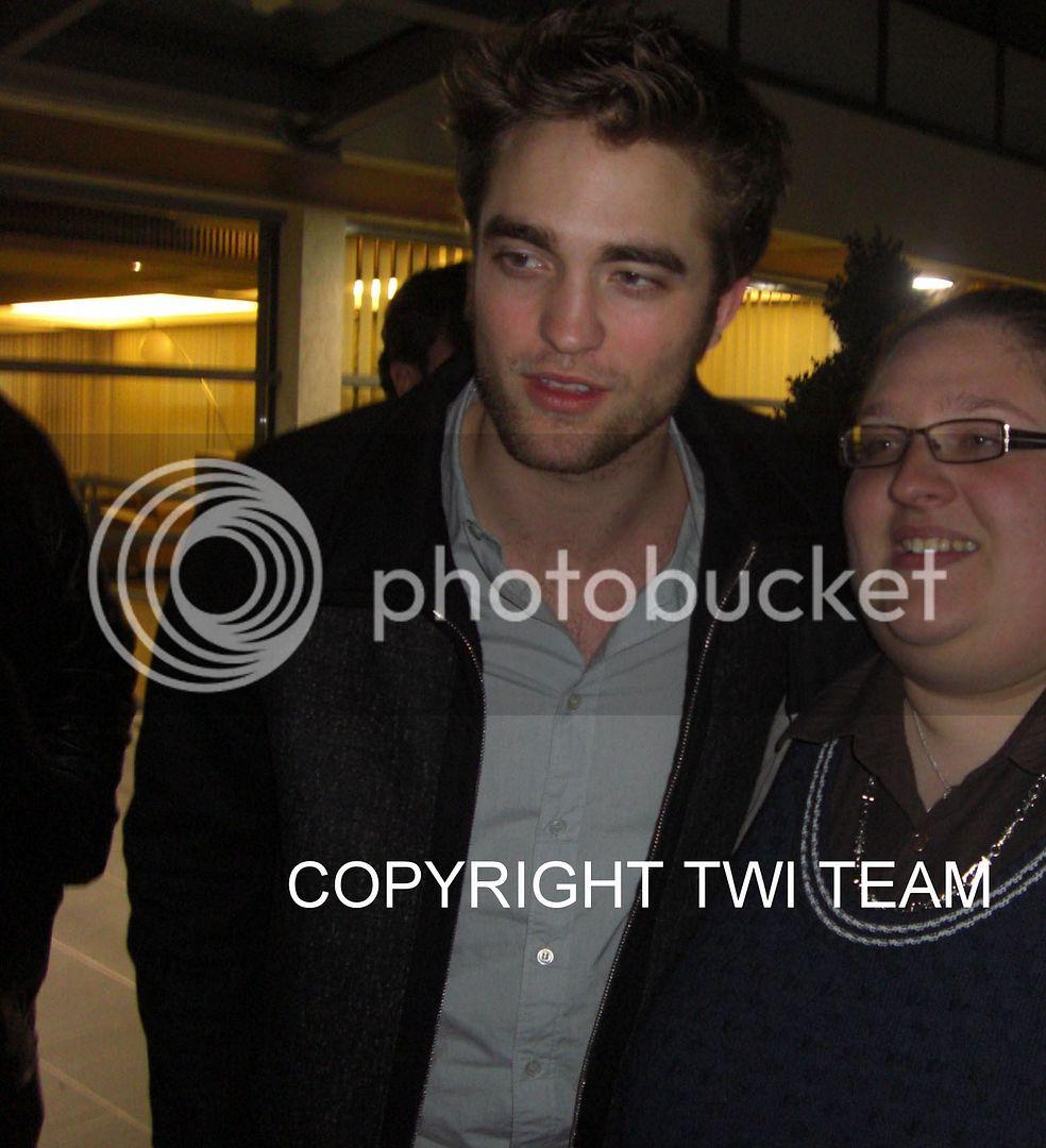 Robert Pattinson, Kristen Stewart , Taylor Lautner et Chris Weitz, à Paris, le 10 Novembre 2009... - Page 4 CIMG6436B-1