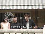 Robert Pattinson, Kristen Stewart , Taylor Lautner et Chris Weitz, à Paris, le 10 Novembre 2009... - Page 4 Th__ROBKRISTENPARIS10NOV028Bjpg_-1