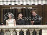 Robert Pattinson, Kristen Stewart , Taylor Lautner et Chris Weitz, à Paris, le 10 Novembre 2009... - Page 4 Th__ROBKRISTENPARIS10NOV030jpg_-1