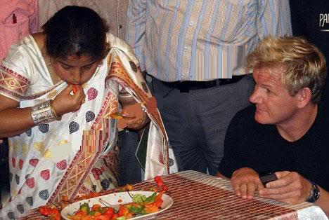 فتاه هندية تأكل الفلفل الحار .. وتعصره في عينيها ايضا  Image006