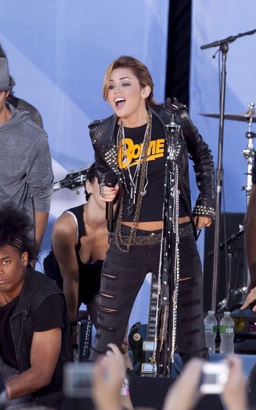 Miley Cyrus y Bret Michaels rock en GMA 2-103