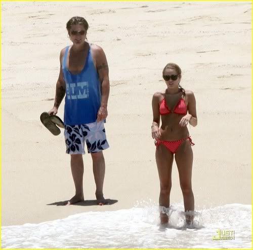 Miley Cyrus en playas de México 5-70