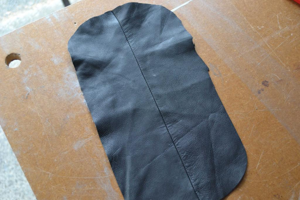 Leather Screen Pouch Fitted .......... 2005 Suzuki M800  Intruder  Oval