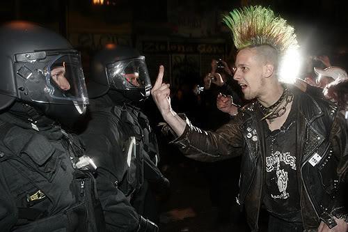 Les Romes quittent l'élite !  PunkVsNaziPolice