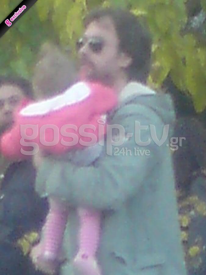 Αλέξανδρος Σταύρου: Βόλτα με την κορούλα του ~ gossiptv.gr (7-12-2011) DSC0ddddddddd32426383_0