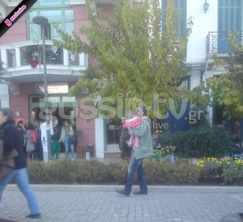 Αλέξανδρος Σταύρου: Βόλτα με την κορούλα του ~ gossiptv.gr (7-12-2011) R4354opi3upo5u3482301djwek43