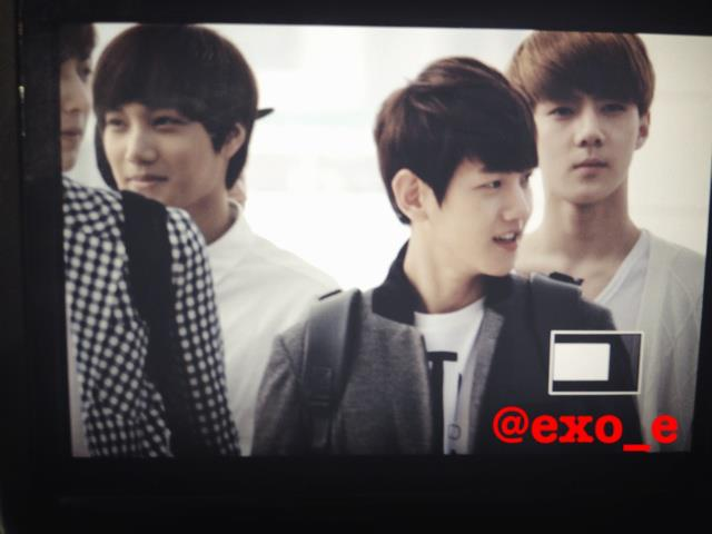 [Fantaken][120906] ChanBaek at Airport leave to Taiwan 523602_390187504349755_184021188_n