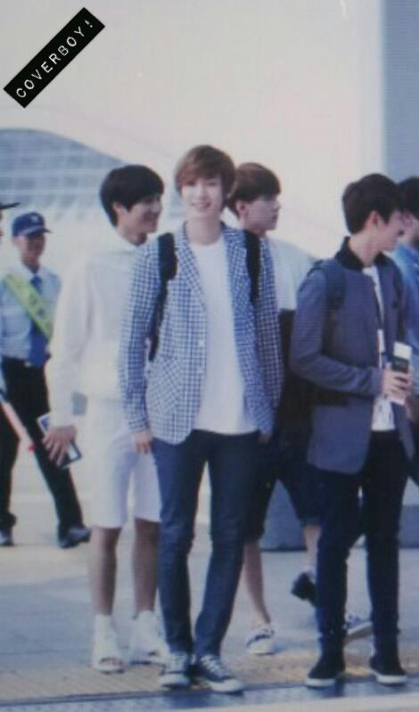 [Fantaken][120906] ChanBaek at Airport leave to Taiwan 543669_247857245327230_918130038_n