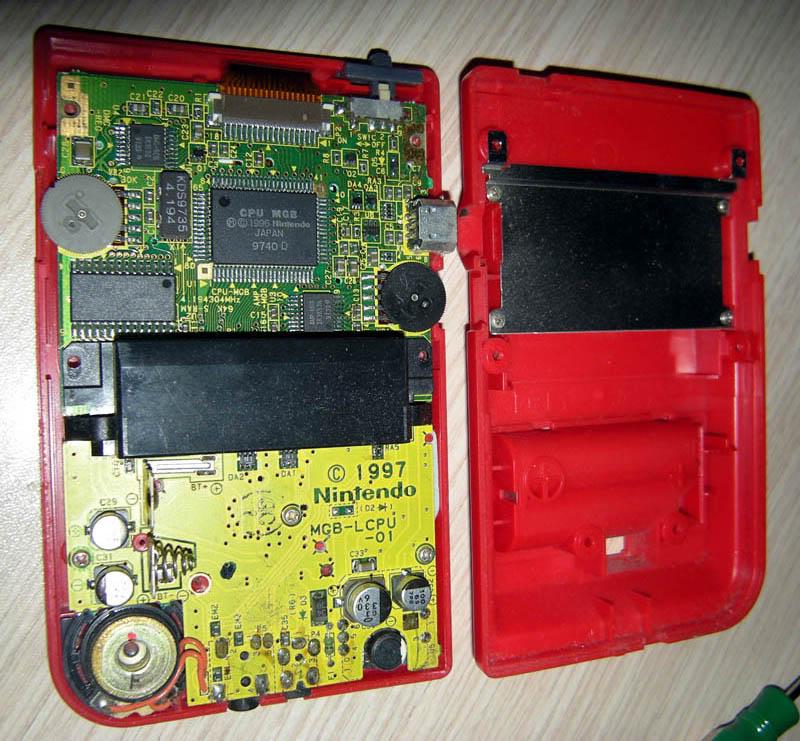 Gameboy Pocket ventre à l'air, et bactéries dans l'écran lcd Gbpocket-opened-DSCN4597