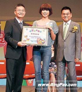 [30 May 2009] Myolie becomes a 6 feet tall lady, afraid that she will falls 20090531singpao_03
