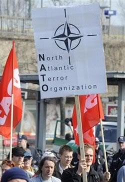 Što su to NATO i UN? 090404-GermanyKehlAntiNATO-01