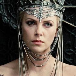 მსახიობები ,რომლებსაც დედოფლის როლი უთამაშნიათ !!! B9493d3302fdebb97c902edd9342af12