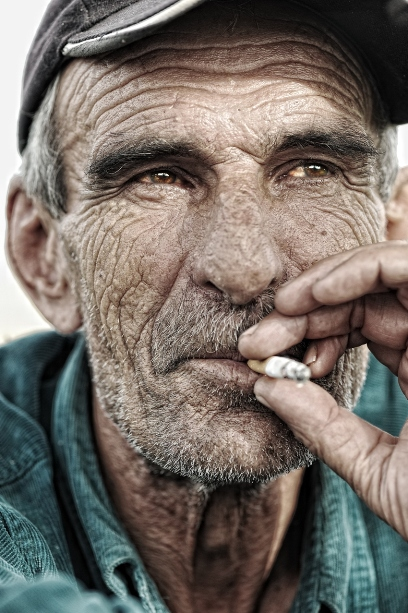 Da li su ljudi, ljudska bića, stoka, пучина једна грдна... - Page 3 Man_smoking_cigarette