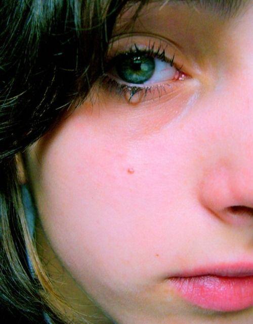 GRESNIK Heartbreaking-sad-eyes-tears-photography14_zps0b96ec70