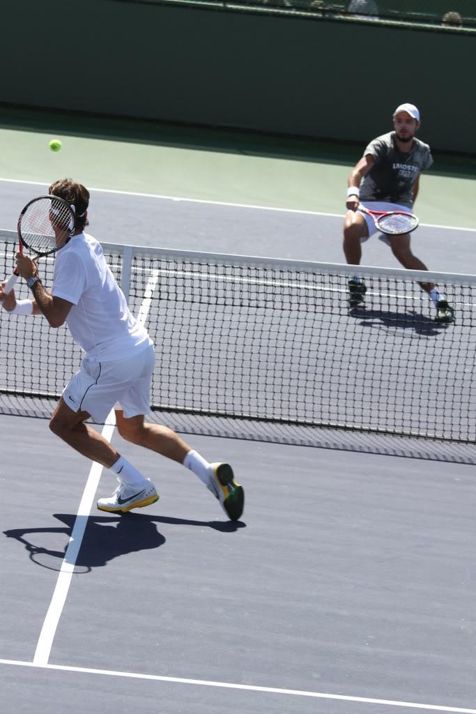 Stanislas Wawrinka y Roger Federer - Página 3 Indywells110310practice01