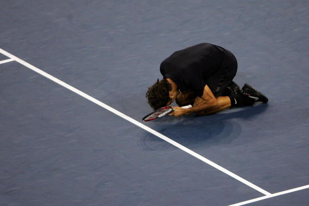 ¡Cuerpo a tierra...que viene la bola! (Roger por el suelo) Usopen070909finalscrkn08