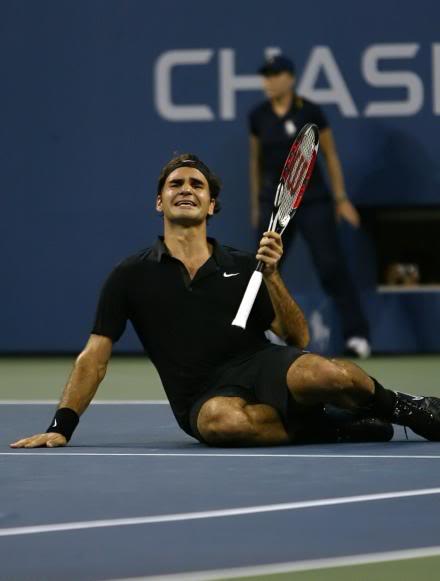 ¡Cuerpo a tierra...que viene la bola! (Roger por el suelo) Usopen070909finalscrku02