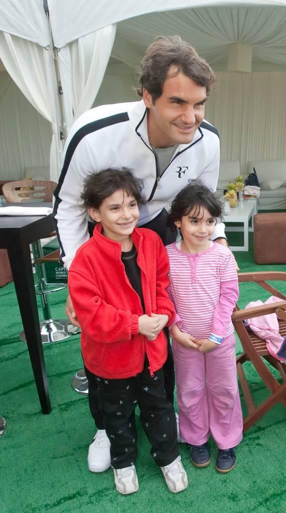 Roger y los niños Abudhabi091200fans01