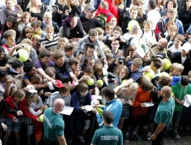 Los Fans De Roger Halle100612sfwsgn01