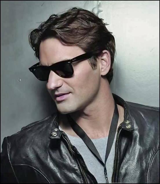 Roger con gafas de sol. 533098_443080295704486_100000075585484_1727036_1192688493_n