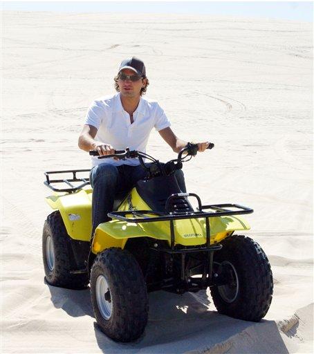 Roger con gafas de sol. Doha050102desertbuggy02