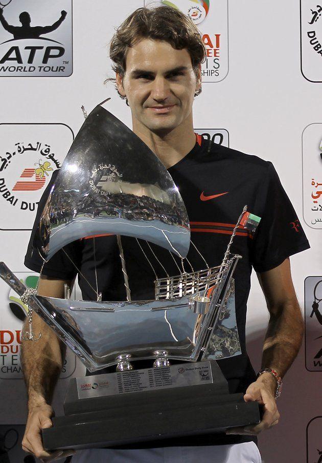 ATP 500, Dubai del 27 de Febrero al 3 de Marzo de 2012. - Página 9 Switzerlands-roger-federer-holds-trophy-20120303-093812-057
