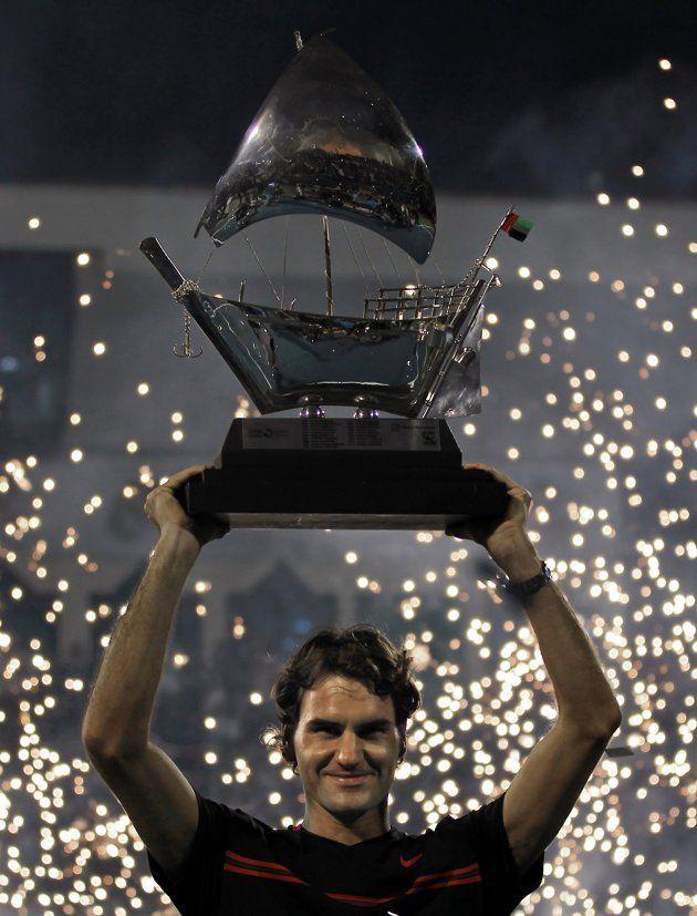 ATP 500, Dubai del 27 de Febrero al 3 de Marzo de 2012. - Página 9 Switzerlands-roger-federer-raises-trophy-20120303-093424-967