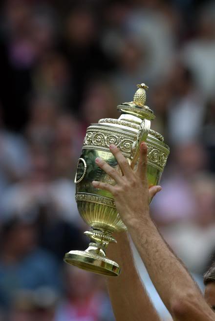 Las manos de Roger. Wimby030706trophylift02