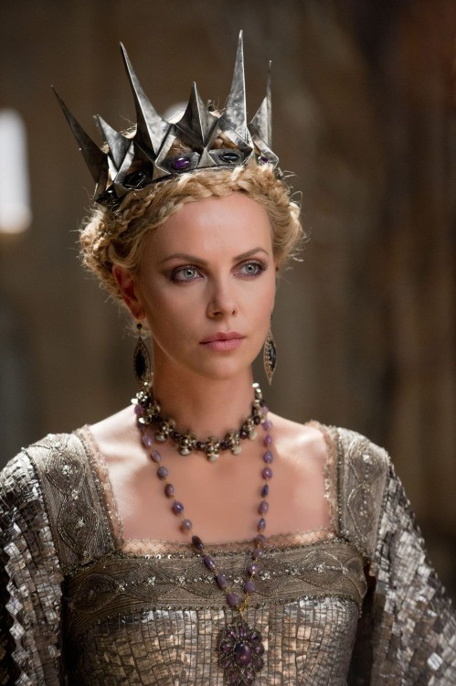 მსახიობები ,რომლებსაც დედოფლის როლი უთამაშნიათ !!! 86f9bec61184d7413c5af235c3426fb7