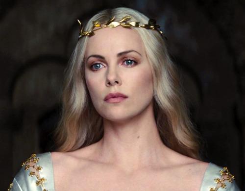 მსახიობები ,რომლებსაც დედოფლის როლი უთამაშნიათ !!! 0ee70d4c8bafbb977288eeb92278e1ea
