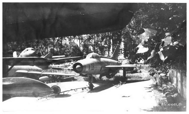"""Avioanele din Colegiul Tehnic de Aeronautica """"Henri Coanda"""" - Pagina 5 MiG-21F-13mod04112012-rospotters"""