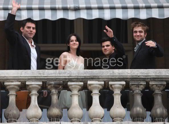 Robert Pattinson, Kristen Stewart , Taylor Lautner et Chris Weitz, à Paris, le 10 Novembre 2009... - Page 2 92952522