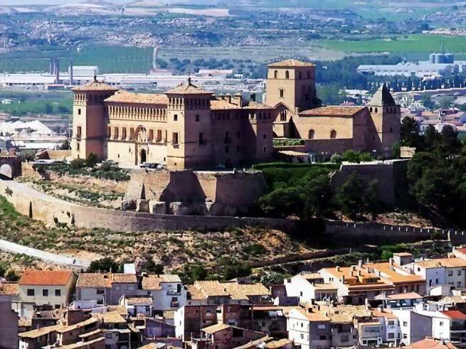 el almogávar del castillo de Alcañiz Castillodealcanizexterior04