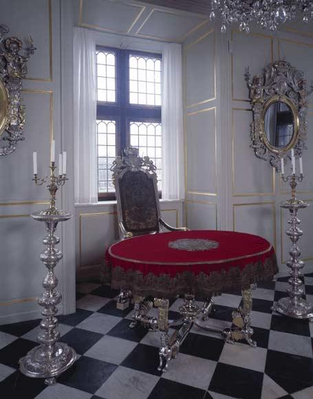 Exposition « Trônes en majesté, l'autorité et son symbole » - Page 3 Oldregaliaroomrosenborg