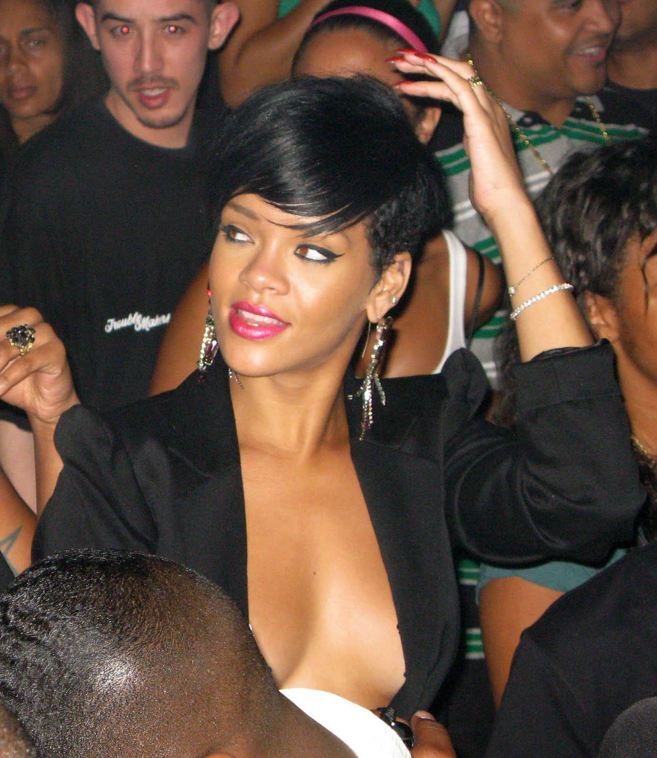 Rihanna showing her Tits 658d04d8
