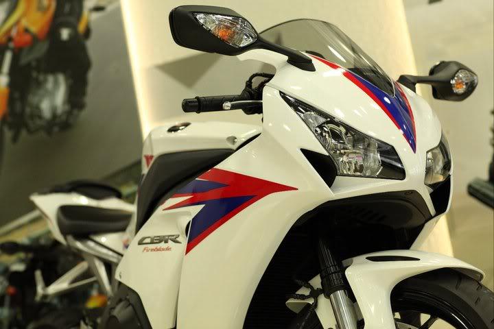 CBR 1000 - 2012 (modelo novo?) - Página 2 2012-CBR1000RR-CaptPNoY-26