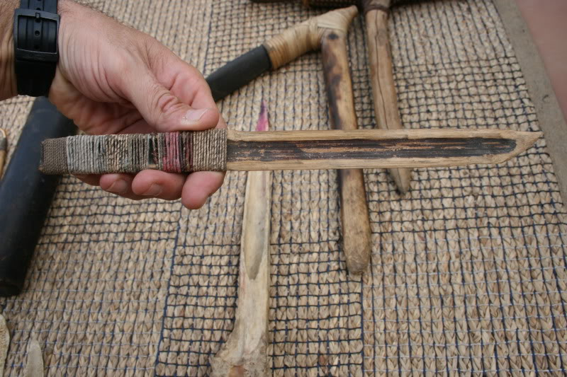 Cuchillo de bambú y cuchillo de hueso. IMG_8086