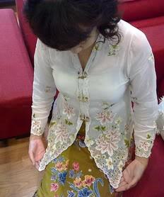 ย่าหยาลายดอกโบตั๋น - มนต์เสน่ห์ของชุดสาวภูเก็ต ขนานแท้ Image1544