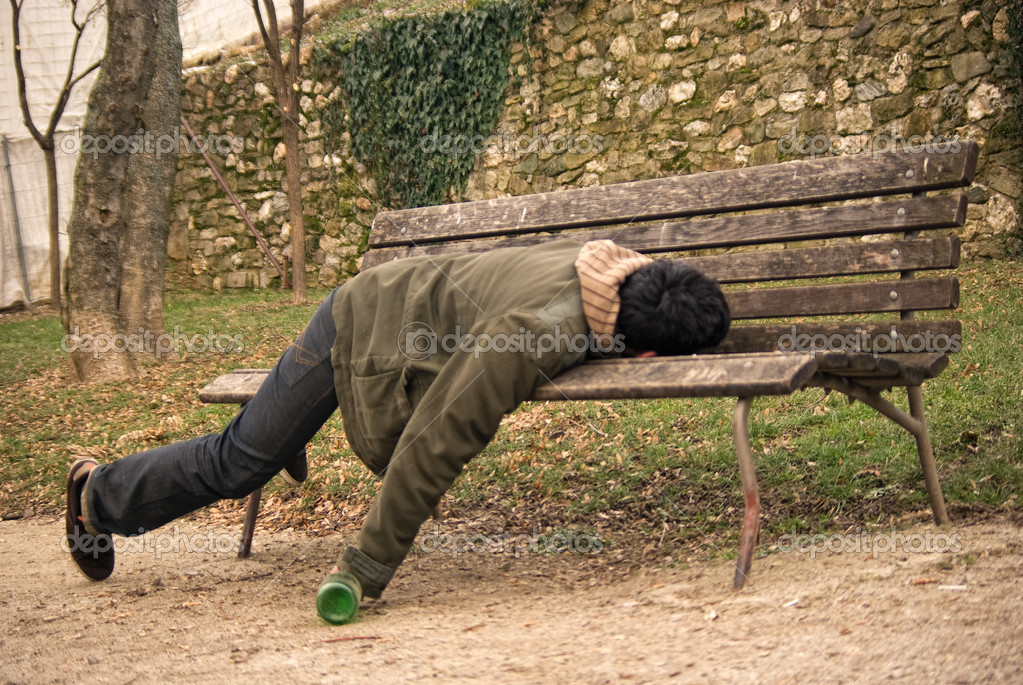 Ajuda para GD Philips GA 212 - Página 2 Depositphotos_10818369-Drunk-beggar-sleeping-on-a-bench-with-a-bottle-in-hand_zps685e0dfd