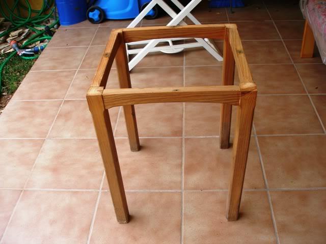 una mesa con tablas recicladas P4062817
