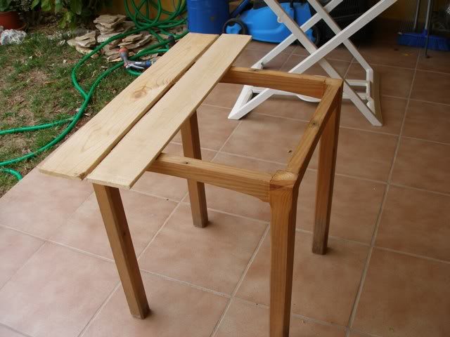 una mesa con tablas recicladas P4062818