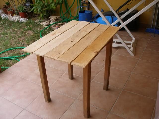 una mesa con tablas recicladas P4062819