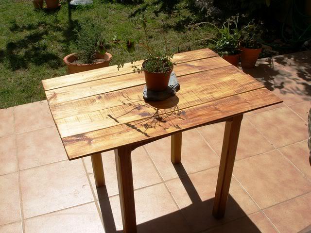 una mesa con tablas recicladas P4282853