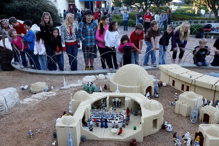STAR WARS Miniland - LEGOLAND California  - Page 2 LegoMinilandFisher02